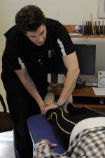 Fizjoterapeuta podczas rehabilitacji